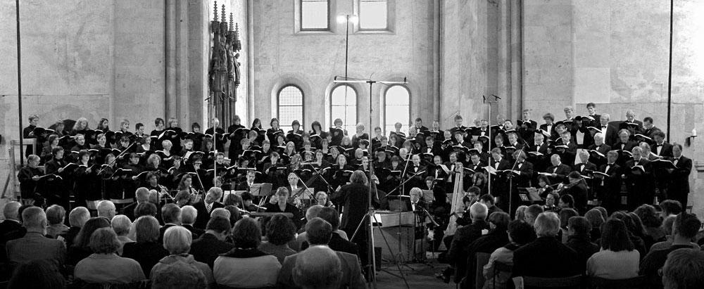 Die Junge Kantorei beim traditionellen Pfingstkonzert in der Basilika von Kloster Eberbach